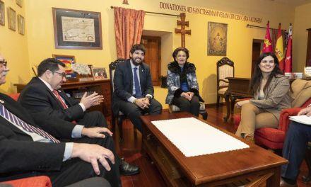 Fernando López Miras se reúne con la Hermana mayor de la Real e Ilustre Cofradía de la Santísim a Vera Cruz