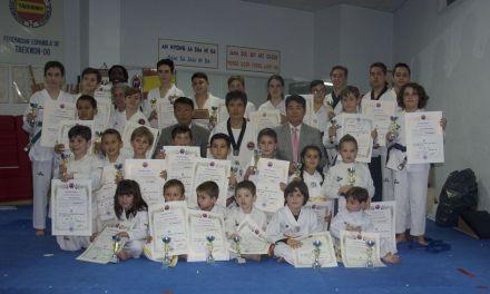 Los alumnos del Gimnasio Sin muestran sus conocimientos en el examen de cambio de cinturón