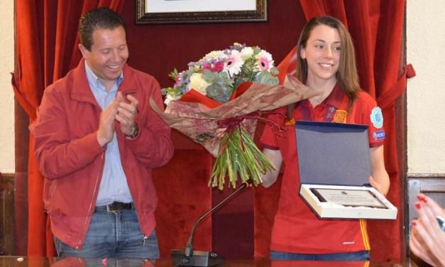 Noelia Montoro recibe un emotivo recibimiento por familiares, amigos y compañeras en un acto organizado por el Ayuntamiento de Mula