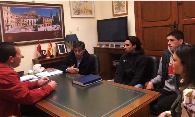 El Ayuntamiento de Mula entrega por sus éxitos una placa a Mohamed Katir