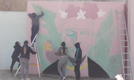 Un gran mural en Albudeite como resultado del taller de graffiti para jóvenes