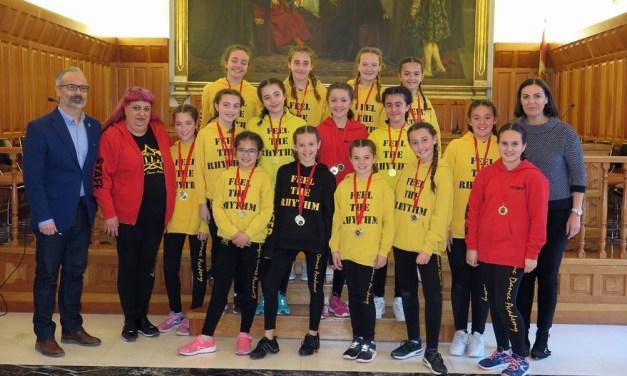 El alcalde y la edil de Deportes reciben al grupo de baile 'Crazy to dance', tras su clasificación para la final europea del concurso 'Dancing Stars. Vive tu sueño'