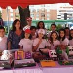 Las cooperativas escolares del Cervantes venden sus productos en el mercado semanal