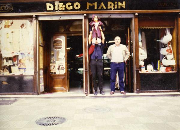 Diego Marín Ceballos en la puerta de la tienda. Últimos años del negocio