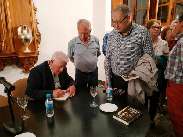 Ignacio Ramos firma ejemplares de su obra