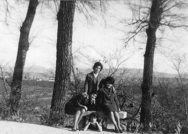 Grupo de adolescentes en El camino del Huerto. Año 1963