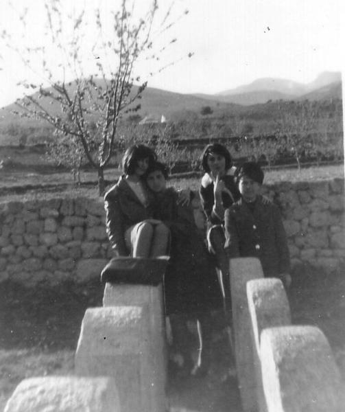 Grupo de chicas en las piedras, año 1963
