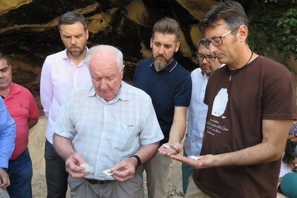 La campaña también ha sacado a la luz numerosos restos de la talla paleolítica, que incluyen piezas de sílex retocadas en excelente estado de preservación, empleadas por los hombres que habitaron la cueva hace casi un millón de años