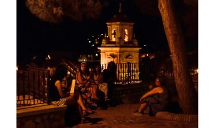 Un grupo de brujillas lectoras a los pies de las murallas del Castillo