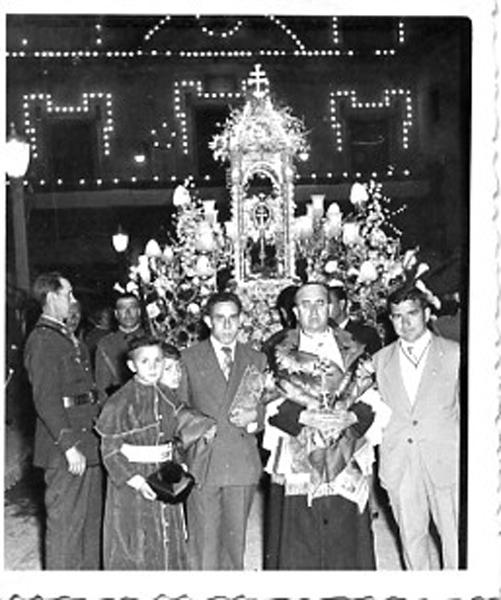 Jesús el Sacristán precede a la Cruz, al fondo el Ayuntamiento iluminado