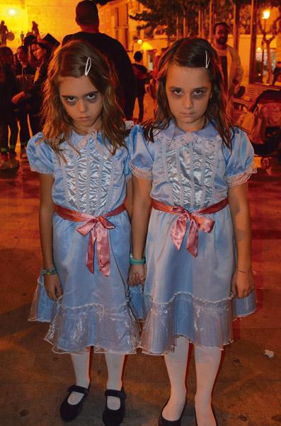 Zombies contra supervivientes en la noche de Halloween en Mula