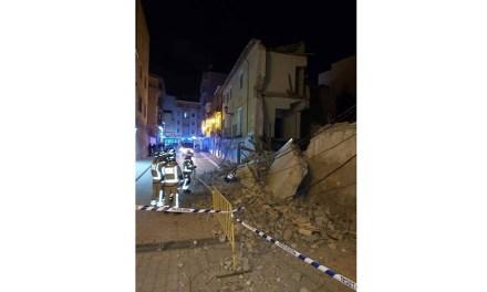 Se derrumba parte de un edificio deshabitado de la calle Canalica de Caravaca