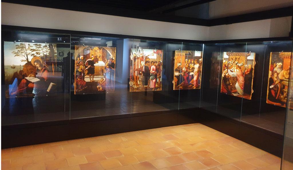 Las vitrinas instaladas en el Museo del Castillo garantizan la conservación de las pinturas de Hernando de Llanos, que narran la leyenda de la aparición de la Vera Cruz