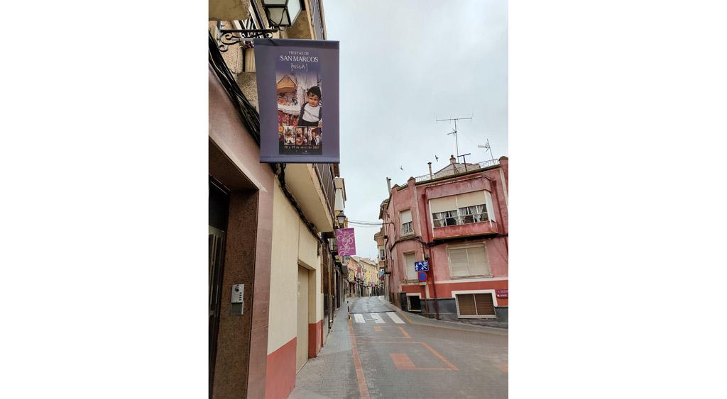 Exposición urbana con recopilación de Carteles San Marcos desde el año 2000