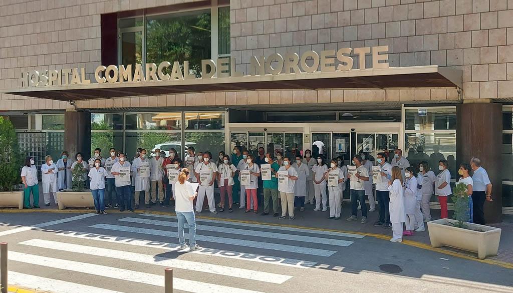 Los médicos animan a los pacientes a sumarse este jueves a su protesta en el Hospital del Noroeste por la falta de especialistas