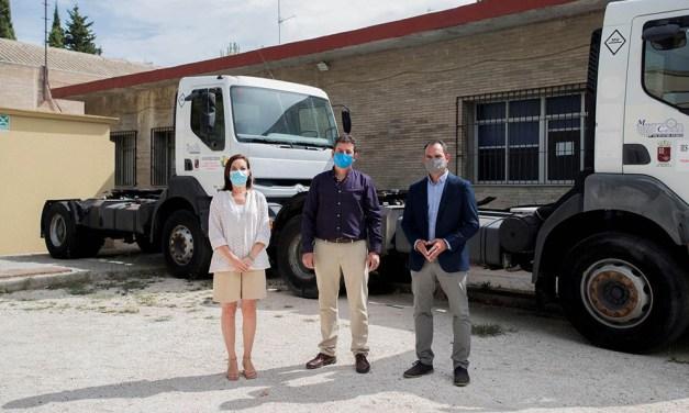 La Comunidad entrega dos cabezas tractoras y una pala cargadora al IES Ginés Pérez Chirinos de Caravaca de la Cruz