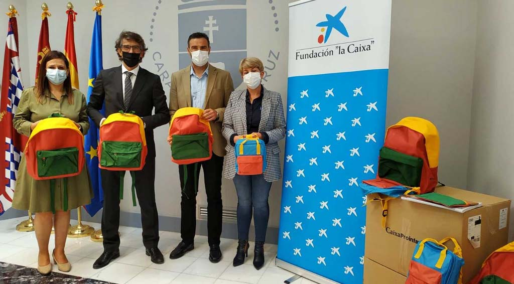 La Caixa entrega al Ayuntamiento de Caravaca 50 lotes de material escolar para reforzar el apoya a alumnado con necesidades básicas