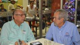 El periodista Carlos Valdez Ramírez entrevistando al empresario Guillermo Woodward Rojas | Foto: El Noticiero de Manzanillo