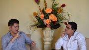 El cantante colimense Carlos Gustavo entrevistado por el periodista William Valdez Verduzco | Foto: El Noticiero de Colima