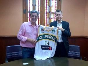 El presidente del Peñas entregó a la CEOS una camiseta del club/ Foto: CB Peñas