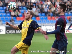 Samu Sáiz disputa un balón a Manolo en la pasada temporada / Foto: C.Pascual
