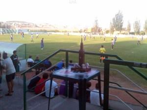Momento del partido con el trofeo en primer plano / Foto: UD Logroñes