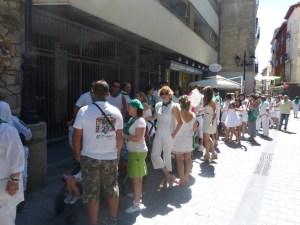 Grandes colas para besar al Santo / Foto: radiohuesca.com