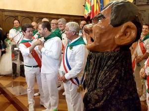 La comparsa de Gigantes y Cabezudos recibiendo la parrilla de ore / Foto: Miguel Pinedo