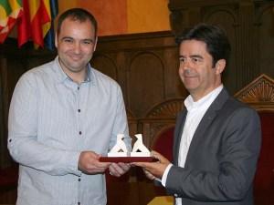 Raúl Gómez Lozano recibe el premio de manos del alcalde de Huesca Luis Felipe / Foto: Ayto. de Huesca