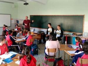 Alumnos y jugadores en el colegio Santa Ana / Foto: CB Peñas