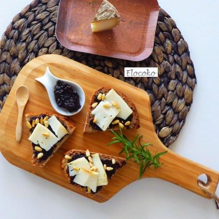 Tartine de confiture d'olives au romarin, pignons de pin et tomme de brebis
