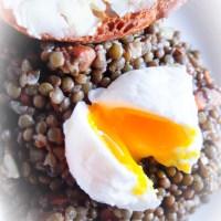 Salade de lentilles tiède et oeufs pochés