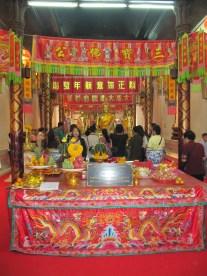Journée religieuse et grande foule au temple Wat Phanan Choeng