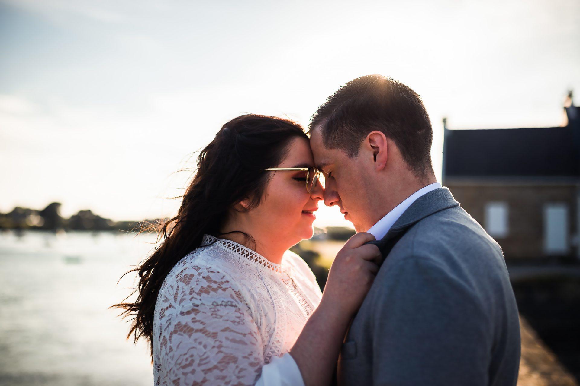 couple de futurs mariés qui s'enlacent en bord de mer à Plouhinec.