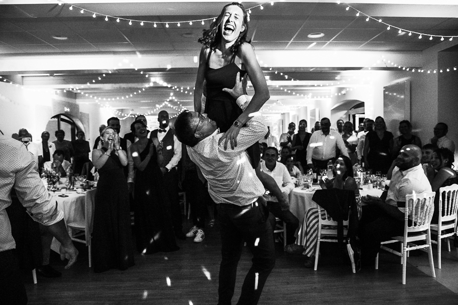 Photographie d'invités qui dansent sur un mariage.