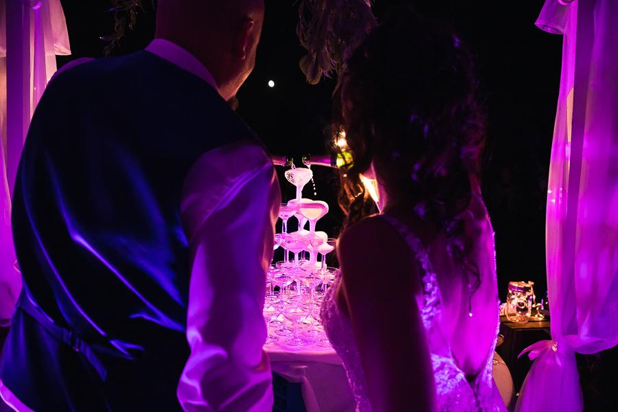 Photographie de mariés qui versent du champagne.