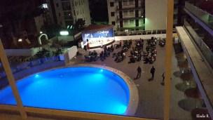 Vue de la chambre : J'ai eu de la chance d'avoir vue sur la piscine dont l'avantage est de pouvoir regarder les animations proposées par l'hôtel tout droit de sa terrasse. Cependant, pour ceux qui souhaitent être au calme, je vous conseille une chambre qui a vue sur la rue car tous les soirs c'est extrêmement bruyant et ce jusqu'à 23h.
