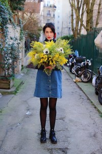 Look mode éthique écologique KLOW Ondinema hiver mi-saison robe salopette en jean pull col roulé 2 #mode #boots #polkadots #modeéthique #sustainablefashion #vegan #veganshoes #bouquet #mimosa #jeans #frenchstyle