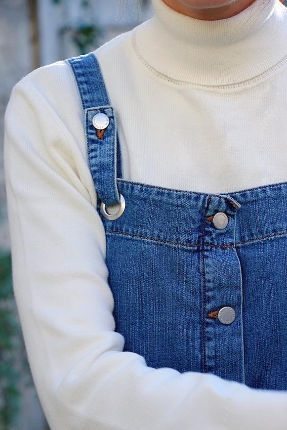 Look mode éthique écologique KLOW Ondinema hiver mi-saison robe salopette en jean pull col roulé blanc 6_mr1582073635003 #lookhiver #hiver #misaison #mode #modeéthique #sustainablefashion #jeans #frenchstyle #colroulé #turtleneck