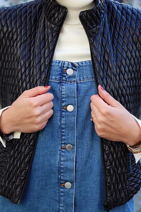Look mode éthique écologique KLOW Ondinema hiver mi-saison robe salopette en jean pull col roulé blanc doudoune sans manches #lookhiver #hiver #misaison #mode #modeéthique #sustainablefashion #jeans #frenchstyle #colroulé #turtleneck #doudoune