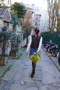 Look mode éthique écologique KLOW Ondinema hiver mi-saison robe salopette en jean pull col roulé doudoune sans manches #lookhiver #hiver #misaison #mode #modeéthique #sustainablefashion #jeans #frenchstyle #colroulé #turtleneck #bouquet #mimosa