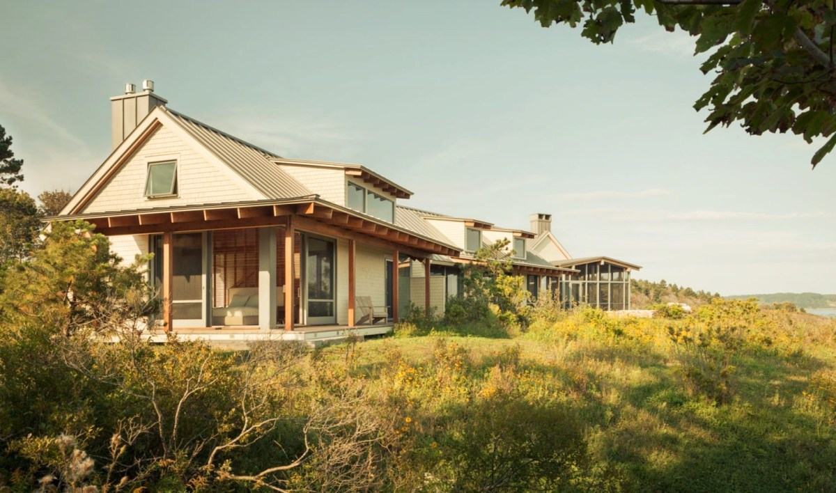 Seafront house Spurwink Retreat showing off camp like design with perfect craftmanship and well layouted landscape (2)