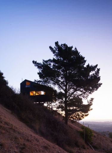 Semi cantilever rural house built on a slope land overviewing vast mountain range (1)