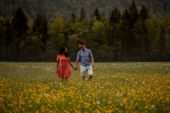 wild-embrace11-elopement-packages-destination-wedding-photographer-austria-elope-europe-wildflowers-spring-engagment-vorarlberg (Blog)