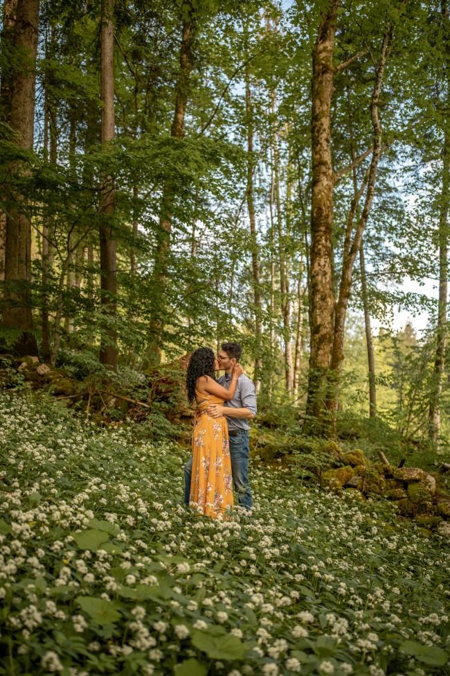 wild-embrace21-elopement-packages-destination-wedding-photographer-austria-elope-europe-wildflowers-spring-engagment-vorarlberg (Portrait)