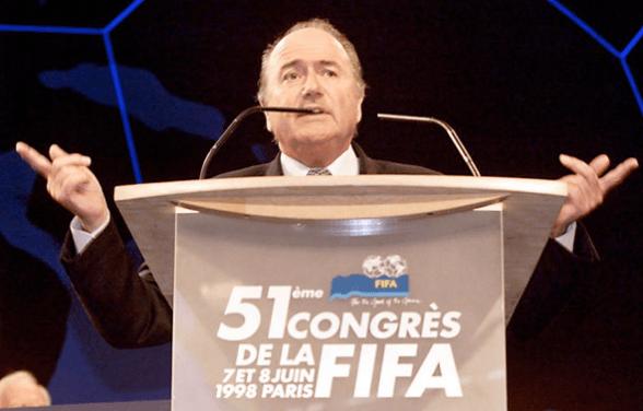 En la fotografía se puede ver a Sepp Blatter durante un discurso en el congreso de la FIFA de Paris en 1998.