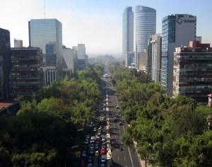 Paseo de la Reforma. La avenida más importante de la ciudad, inconfundible por su anchura, su verde y sus rascacielos, muestra del poderío económico de México.