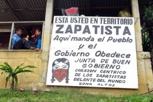 Cartel en una localidad controlada por los zapatistas