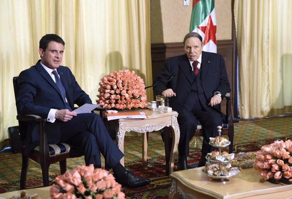 El Presidente Bouteflika con Manuel Valls. Esta fotografía, twitteada por el primer ministro galo, ha levantado gran revuelo en Argelia recientemente, por el aspecto enve-jecido de su presidente en comparación con Valls