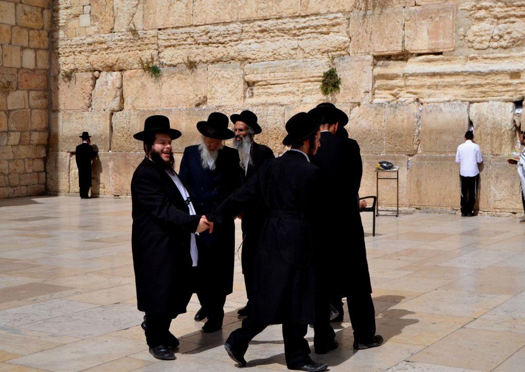 Judíos ortodoxos danzan frente al muro de las Lamentaciones. Foto de Daniel Rosselló